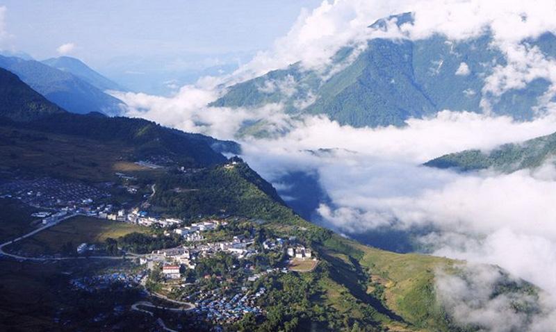 Мото, Тибет С этим местом нет никакого транспортного сообщения, а если оно и появляется, то, как правило, ненадолго, и все заканчивается тем, что дорогу размывает селью или лавиной. Его жителям приходятся преодолевать почти 80 км. горных участков, чтобы добраться до ближайшего населенного пункта. Несмотря на подобную изоляцию, такие условия проживания вполне устраивают почти 11 000 человек.