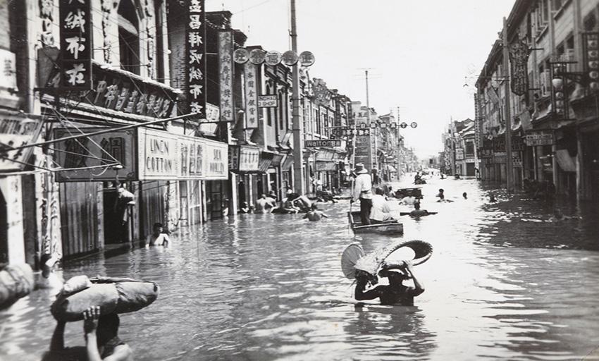 Хуанхэ, Китай, 1938 год В 1938 году на Хуанхэ произошла крупнейшая катастрофа. Примечательно то, что катаклизм был вызван не силами природы, а самими людьми. С целью остановить наступление японской армии гоминьдановские власти устроили наводнение. Стихия унесла жизни по меньшей мере 500 000. Вода уничтожила тысячи квадратных километров сельскохозяйственных угодий и затопила тысячи населенных пунктов. Более 3 млн. человек стали беженцами.