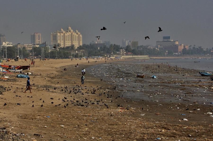 Чоупатти, Индия Пляж Мумбаи уже давно завоевал репутацию одного из самых грязных пляжей в мире. Чистотой не отличается не только сама вода, но и берег. На территории пляжа повсюду валяются бумажки, объедки и прочий мусор. Место считается непригодными для купания.