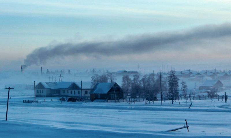 Оймякон, Россия Здесь короткое лето с большим перепадом суточных температур, а зимой столбик термометров опускается ниже отметки в -50-60 °С. Оймякон известен как один из «Полюсов холода». По неофициальным данным в 1938 году температура в поселке снизилась до −77,8°С. Достаточно сложный и суровый климат и изолированность от внешнего мира не смогла испугать 500 человек, которые постоянно здесь проживают.