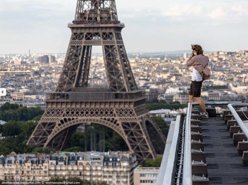 Вид на Эйфелевую башню со смотровой площадки на крыше башни Монпарнас.