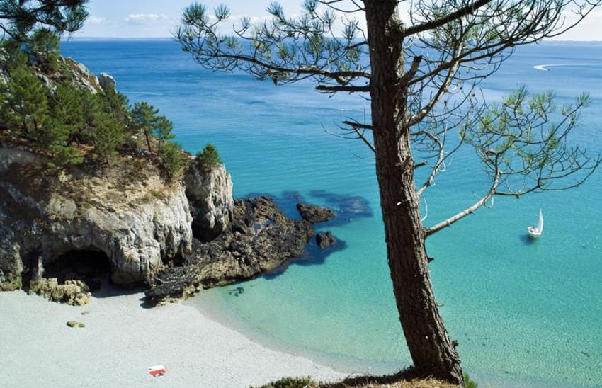 GR 34, Франция Тропа тянется вдоль всего побережья Бретани, а это ни много ни мало — около 1000 км. Вокруг нее лишь скалы, вода и типичная средиземноморская растительность. На пути нет ни ресторанов, ни магазинов, а единственное место где можно что-то приобрести — рыбацкие деревушки. Поэтому все необходимое лучше брать с собой.