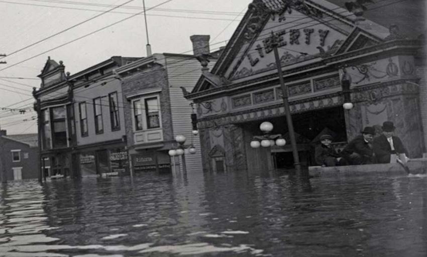 Огайо, США, 1937 год За 24 дня в январе 1937 года в бассейне реки Огайо выпало 15 триллионов галлонов воды. Границы затопленных территорий начинались в Питсбурге (Пенсильвания) и доходили до Кейро (Иллинойс). Более миллиона человек остались без крова, были разрушены дамбы и затоплены города. В пересчете на сегодняшние деньги ущерб составил 8 млрд. долларов.