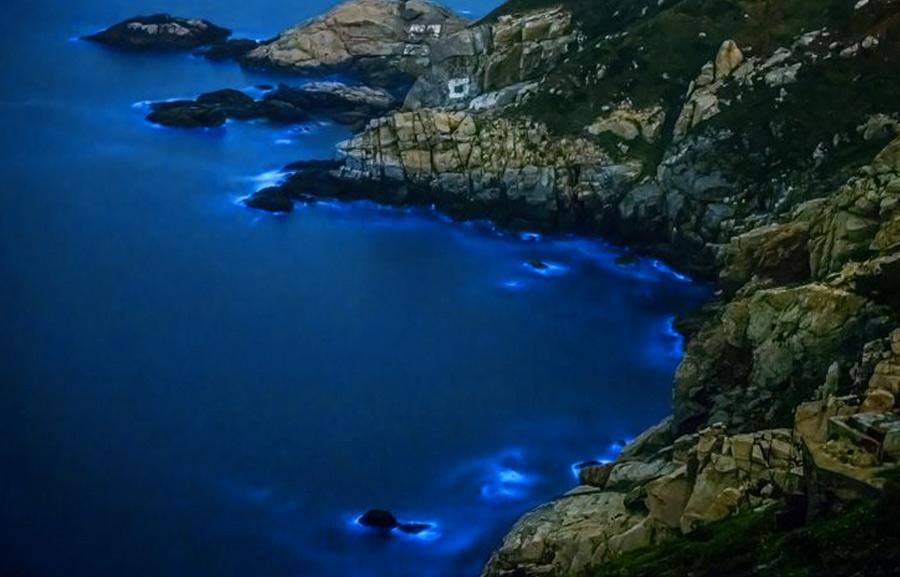 Мацзу, Китай Через это место не проходит ни один туристический маршрут. Однако во время поездки в Китай заехать сюда стоит, чтобы полюбоваться после захода солнца невероятными ночными пейзажами побережья, которые подсвечиваются одноклеточными организмами.