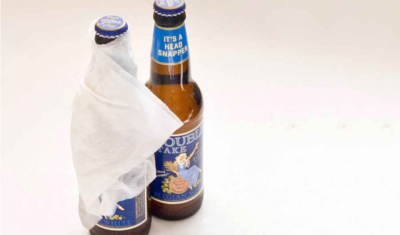 Холодное пиво за минуту Необязательно пиво, другой напиток в стеклянной таре можно заморозить таким же образом. Просто пиво нравится нам больше. Охладить только что стоявший на жарком прилавке напиток можно меньше, чем за минуту. Смочите полотенце холодной водой, оберните им пиво и положите в морозилку. Засекайте время. Вынимайте. Наслаждайтесь прохладой. Повторить при необходимости!