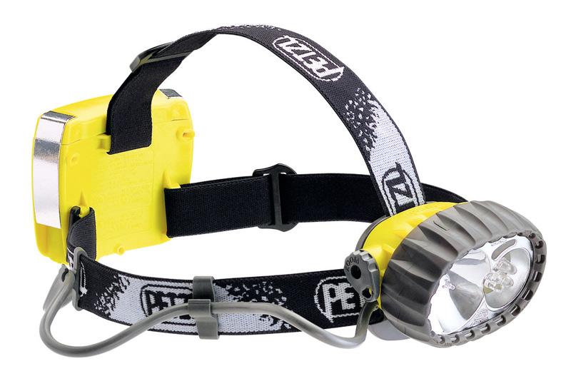 Petzl Duo Led 5 Для крепления на голову фонарь имеет эластичный головной ремень. Устройство оснащено гибридным источником освещения: при освещении на дальние дистанции используется галогеновая лампа, для ближнего освежения устройство имеет 5 светодиодов, рассчитанных на 55 часов работы. Режимы можно переключать по своему усмотрению, а от случайного включения в конструкции заботливо предусмотрена блокировка. Весит фонарь всего 300 гр. В случае необходимости с ним можно даже нырнуть: если вы не планируете погружаться глубже 5 метров, фонарь исправно будет освещать вам путь.