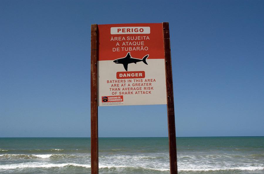 Боа-Виажем, Бразилия Этот популярный пляж в Ресифи считается одним из самых красивых в мире. Но не стоит спешить любоваться его красотой из воды. С 1992 году сюда частенько стали наведываться акулы. Число одних только зарегистрированных нападений перевалило за 50, 19 из них — с летальным исходом. Экологи утверждают, что миграция происходит прежде всего по вине рыбаков, которые смещают с каждым годом зону рыбной ловли ближе к берегу.