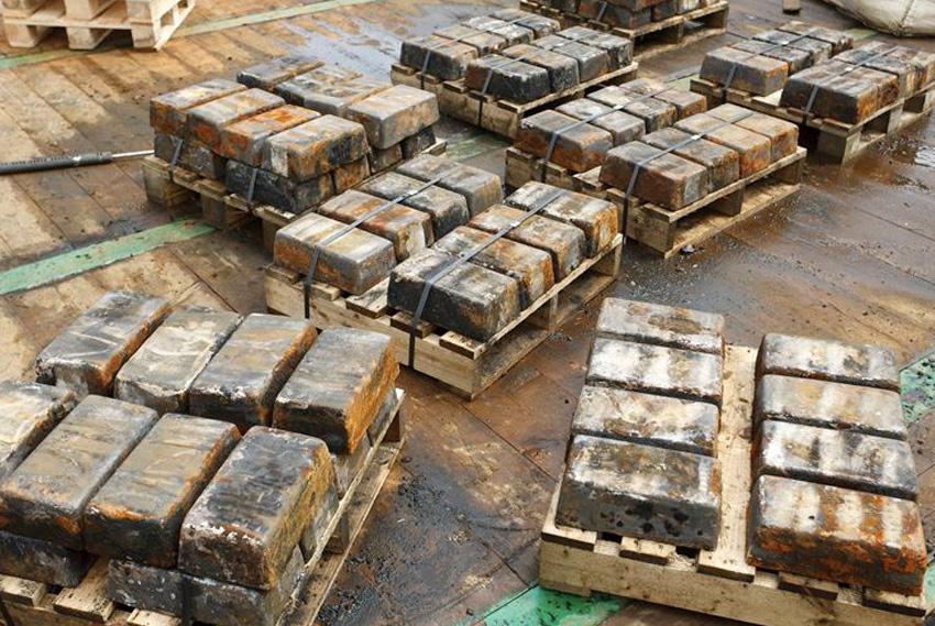 Сокровища Вместе с кораблями свое последние пристанище на дне находили и морские сокровища. И многие истории о кладах вовсе не являются легендой. Один из таких ценных грузов находился на борту британского торгового судна SS Gairsoppa. В 1940 году оно вышло из индийского порта Калькутты, но до конечного пункта корабль так и не добрался: судно было потоплено немецкой субмариной. В 2011 году были найдены останки судна и 1200 слитков серебра, общим весом в 48 тонн. Но это лишь 20 % от того объема, который находился на борту. Остальные 80 % так и покоятся где-то на дне.
