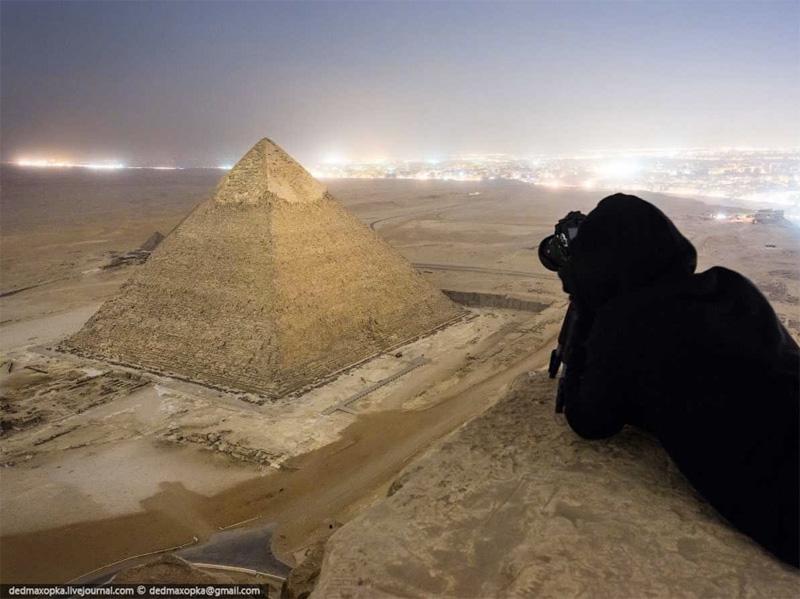 На вершине одного из семи чудес света — пирамиды в Гизе.