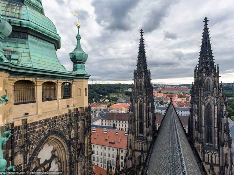 Восхождение на Собор Святого Вита в Праге обернулось встречей с полицией. Но за те 30 минут, что парни были крыше, им удалось сделать несколько снимков.