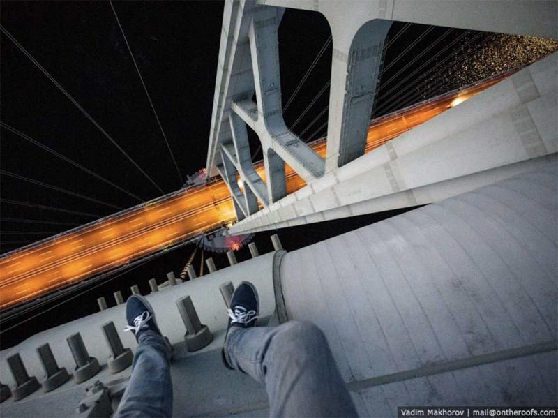 Мост Акаси-Кайкё в Осаке считается самым высоким и длинным подвесным мостом в мире. Под покровом ночи руферы забрались по тросам до верхушки пилона, чтобы традиционно сделать парочку фантастических снимков.