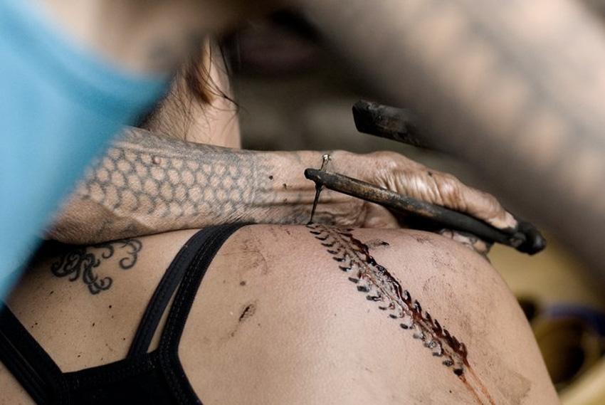 Батек, Филиппины Так называют традиционные татуировки или надписи на теле, которые наносили себе калинги с Северного Лусона. Они рассматривали батек как символ доблести. Нанесение татуировки являлось неотъемлемой частью многих ритуалов и важных моментов в жизни, как рождение ребенка, начала подросткового возраста, совершеннолетие и тд. Традиционная татуировка набивается не машинкой, а с помощью заостренной палочки или кости животного. Татуировка батек часто олицетворяет красоту, плодородие или служит талисманом против зла.