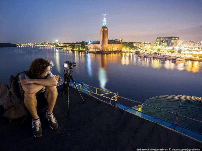 Ночной Стокгольм с крыши одного из зданий. Но, как утверждают сами руферы, город выглядит оттуда практически так же, как если бы они снимали с набережной.
