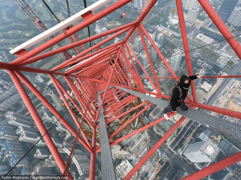 На Китайский Новый год любители экстремальной съемки забрались на башню крана строящегося финансового центра в китайском Шэньчжэне, высота которой достигает почти 660 метров.