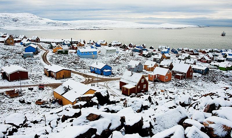 Иллоккортоормиут, Гренландия В этом населенном пункте живет всего 452 человека. Добраться до «большой земли» они могут лишь двумя способами — на лодке или вертолете.