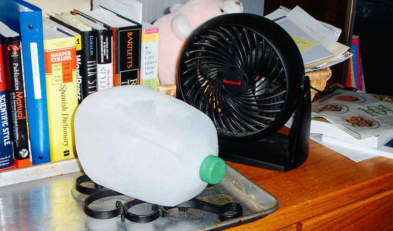 Вентилятор и лед И еще один способ, в осуществлении которого вам поможет обычный холодильник. Отсутствие кондиционера — не приговор, если у вас есть обычный вентилятор и формы для льда. Замороженный лед поставьте, в небольшой мисочке, перед вентилятором и наслаждайтесь прохладой и сэкономленными на сплит-системе деньгами.