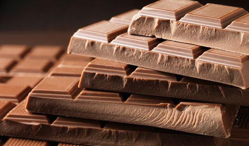 Шоколад Не бойтесь лишних калорий, которыми может одарить ваше тело шоколад. В условиях похода и постоянной физической нагрузки, они быстро сгорят. Шоколад же — советуем не жадничать и взять с собой дорогой, обязательно горький — относится к разряду суперэнергетиков. Он займет минимальное место в вашей походной сумке, главное — чтобы не растаял. Кроме того, шоколад способствует производству организмом эндорфинов, которые помогут вам продержаться в походе лишний час-два.