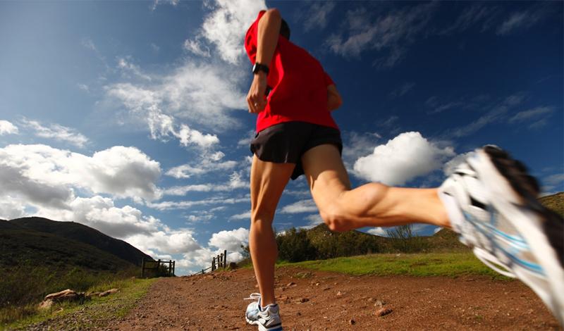 Мотивация и самоуверенность Человек, решивший заняться бегом, гарантированно получает, бонусом, все растущую уверенность в себе. Дело в том, что бег — это не метафизическая яхта, которую вы хотите когда-нибудь получить. Бег — это результат, которого вы добиваетесь каждый день. Как действует на человека постоянное чувство выполненного дела? Правильно, повышает его самоуверенность. Это непреходящее ощущение будет оставаться с вами во всех аспектах жизни: я смог пробежать несколько километров — смогу и достигнуть большего.