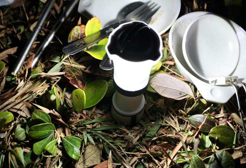 Black Diamond Orbit Строго говоря, это даже не фонарь, а мини-лампа. Она идеально подходит для искусственного освещения в походе. Ярким, рассеянным светом обеспечивает диод со световым потоком до 45 люмен. Для транспортировки лампу можно легко разобрать. В разобранном виде габариты фонаря составляют всего 140 мм. Фонарь можно как поставить на поверхность, так и подвесить, воспользовавшись складным кольцом.