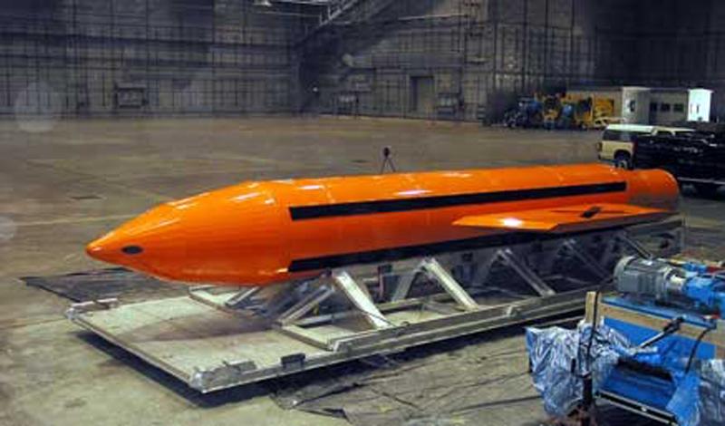 История неядерного оружия Применение ядерного оружия будет означать начало Третьей мировой войны. Это абсолютно понятно лидерам каждой ядерной державы мира. Это одна из веских причин разрабатывать альтернативные боеприпасы большой мощности. История крупнейшего в мире неядерного вооружения начинается со второй декады 2002-го года, когда исследовательская лаборатория ВВС США начала работу над МОАВ, прозванной «Мать всех бомб». Сила взрыва МОАВ составляет 11 тонн в тротиловом эквиваленте. Долгое время этот снаряд оставался крупнейшим неядерным оружием в мире. Затем, в 2007 году, Россия продемонстрировала возможности авиационной вакуумной бомбы повышенной мощности, которая, до настоящего момента, являлась самым мощным неядерным оружием в мире.