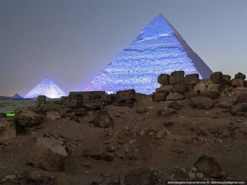 После закрытия комплекса, руферы еще около 5 часов прятались от охранников, ожидая подходящего момента, чтобы забраться на вершину. Согласно законам Египта, проникновение на пирамиды грозит тюремным сроком от 1 до 3х лет.