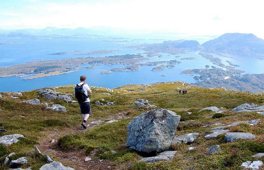 Вдоль фьордов, Норвегия Норвегия — это настоящий рай для любителей походов. Национальный парки, долины и горы словно были созданы для хайкинга. Исследовать величественные фьорды лучше всего у побережья. Специально для туристов здесь есть десяток троп различного уровня сложности, по которым можно добраться до самых удаленных уголков.