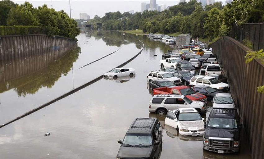 Техас и Оклахома, 2015 год Всего за сутки в некоторых районах выпало 25 см. осадков. В Техасе от стихии погибли 12 человек, 14 человек числятся пропавшими без вести. Тысячи домов повреждены и разрушены, сотни тысяч остались без электричества. Это сильнейшее в истории штата Техас наводнение.