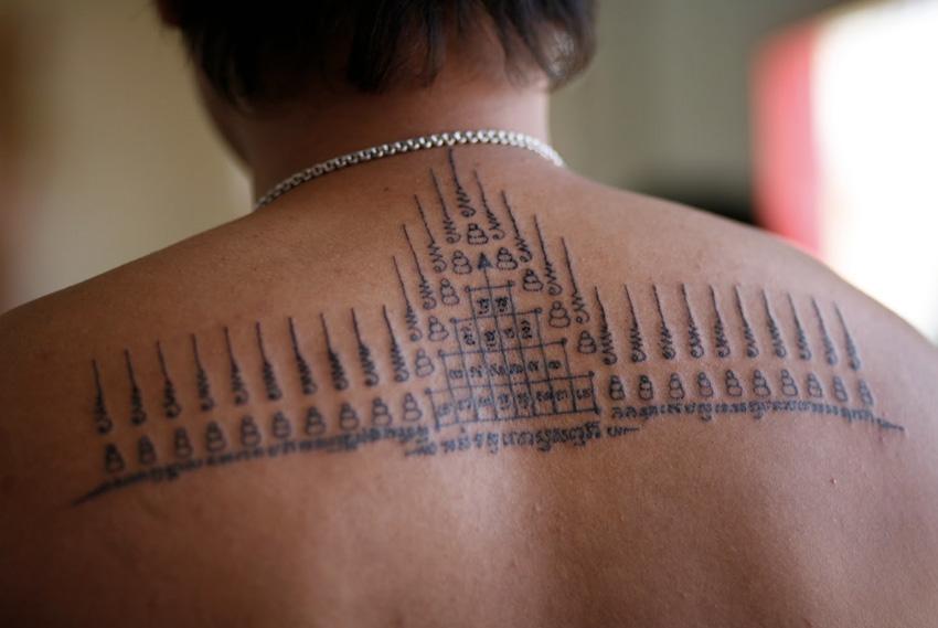 Сак Янт, Камбоджа, Таиланд Первые татуировки Сак Янт наносили мастера-брахманы и буддийские монахи искавшим защиты в бою воинам. Узор содержал буддийские молитвы и магические элементы, которые должны были наделить воина здоровьем, удачей, придать ему сил и защитить от зла. Нанесение тату осуществляется посредством длинной бамбуковой палочки — май сак. В качестве чернил используется смесь, состоящая из пальмового масла, змеиного яда и угольных чернил других ингредиентов, точный состав которых знают только монахи. Настоящие татуировки Сак Янт наносят в храмах, один из самых известных из них — Ват Банг Пхра, расположенный в Накхон Чай Си, Таиланд.
