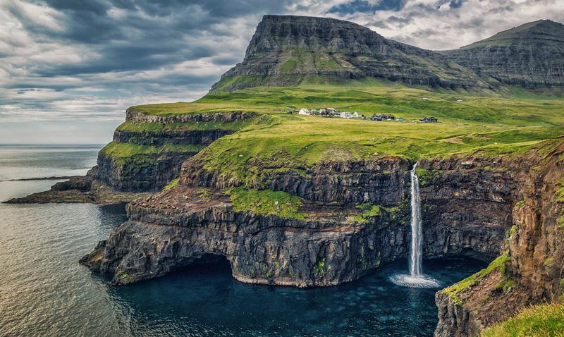 Деревня Гасадалур, остров Вагар Этот остров, входящий в группу Фарерских островов, путешественники единогласно называют самым живописным. Но наслаждаться великолепными видами, живя при этом в спартанских условиях, готовы лишь единицы — в Гасадалуре таких желающих нашлось всего 18 человек.