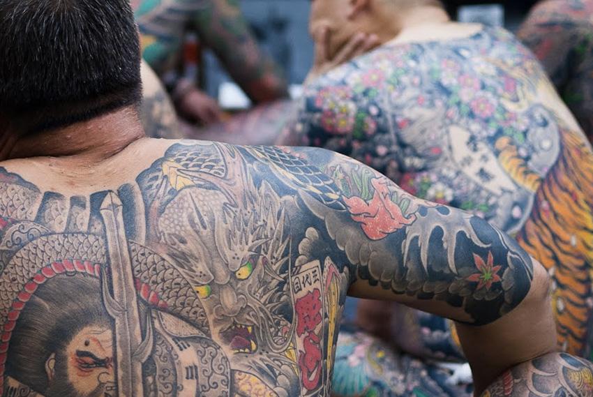 Иредзуми, Япония Татуировки служили определенным символом, обозначающим, например, социальный статус. Их наделяли духовным смыслом, наносили для украшения, но наибольшее распространение нательные рисунки получили среди преступников и у мафии Якудза. С 1868 по 1912 год японское правительство объявило татуировки незаконными. Легализовали их вновь лишь в 1948 году. Отличительной особенностью татуировки Иредзуми является то, что она покрывает большую часть тела. В наши традиционное японское тату набивается машинкой. Процесс нанесения всего рисунка может занимать до 5-6 лет.