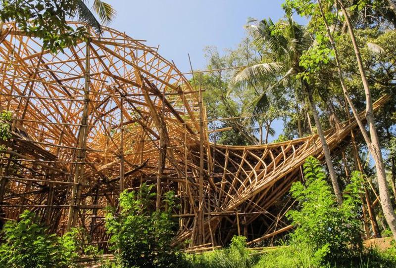Вторым домом дизайнера стал остров Бали. Последние 5 лет вместе с командой дизайнеров Элора возводит в Индонезии жилые и нежилые конструкции, задействуя для строительства только бамбук. Большая часть их проектов расположена на Бали. За время проведенное на земле тропических пляжей, дымящихся вулканов и древних храмов дизайнеры возвели с десяток экологичных сооружений, располагающих всеми благами цивилизации, но при этом не нарушающие единение с природой.