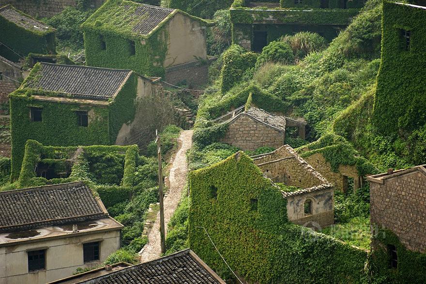 Хотя Китай и считается одной из наиболее густонаселенных стран, а площадь каждого острова Шэнсы составляет более 500 кв.м., из 400 обитаемы всего 18 островов. А один из них его жители решили покинуть несколько лет назад.
