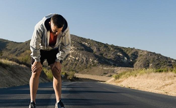 Тренируйтесь медленно У подготовленных, натренированных спортсменов риск развития заражения гораздо ниже. Но не стоит бросаться с места в карьер и дни напролет проводить в спортзале, иначе вы столкнетесь с тем самым «невидимым врагом», для борьбы с которым все это и затевалось. Не нужно изнурять себя упражнениями, если ваш организм к этому не готов. Время тренировок и нагрузки увеличивайте постепенно, прислушиваясь к своему телу. Для одних этот период может составить несколько месяцев, для других — год. Главное, не гнаться за результатами. Подберите такую интенсивность тренировок, чтобы вашему организму было комфортно. Как только почувствуете, что остается запас сил, можете переходить на новый уровень и постепенно наращивать время тренировок.