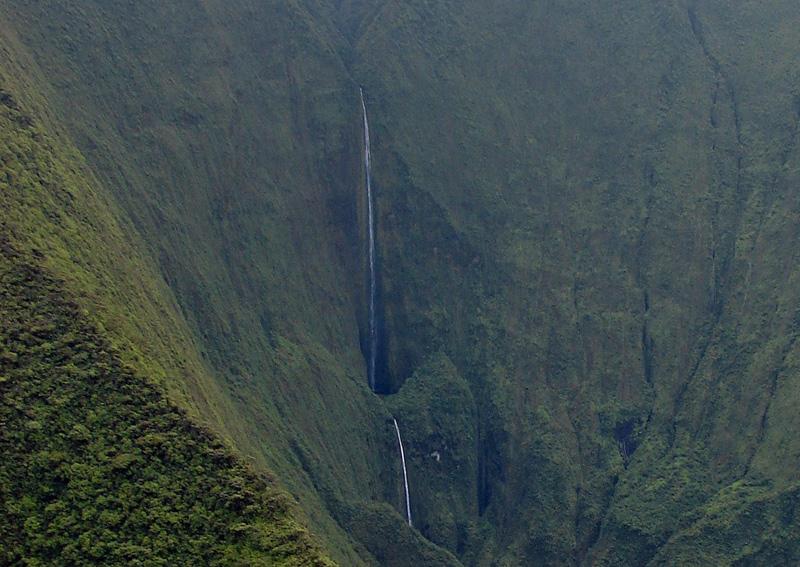Водопад Хонокохау двухуровневый. Сначала вода стекает в небольшой природный бассейн, и уже из него дальше сбрасывает свои воды во вторую впадину.