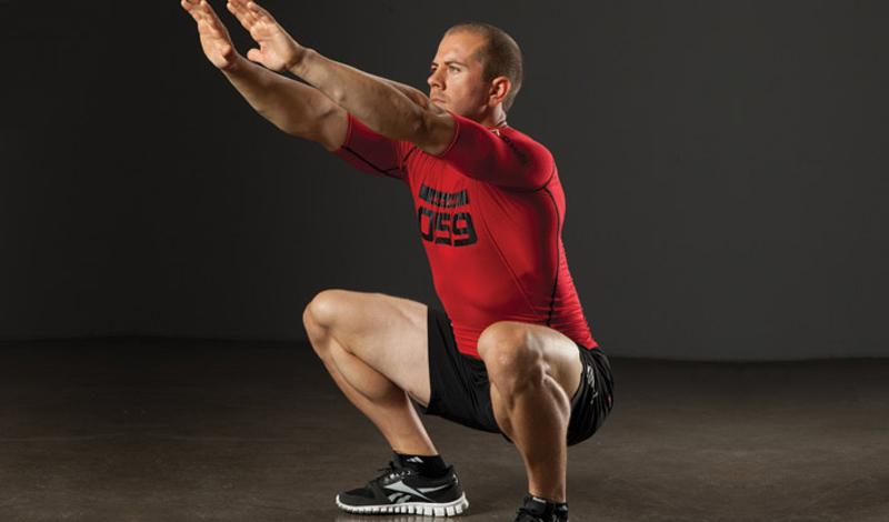 Статичные приседания Развивают: мышцы бедра, ягодиц и кораКоличество подходов: 3Количество повторов: 15Отдых между повторами: 40 секунд Статичные упражнения очень хороши в принципе: даже акцент на определенные мышцы тела не мешает им задействовать ресурсы организма в целом. Статичные приседания, или удержания в позе приседа, выполняются точно так же, как и обычные приседания. Только в нижней точке добавляется задержка на 5-10 секунд.
