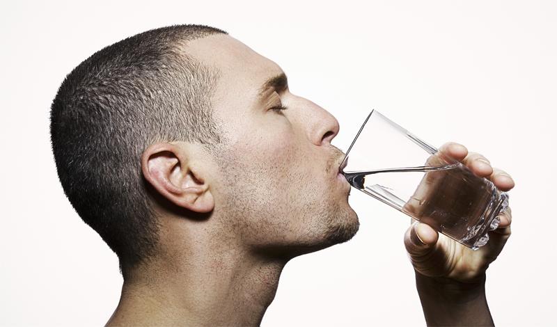 Спортивные напитки Предание гласит, что лучше всего для спортсмена после хорошей тренировки, будет специальный, полный электролитов (ионов соли) напиток. Звучит довольно логично, ведь электролиты и в самом деле важны: они поддерживают pH уровень крови и участвуют в функционировании нервной системы. Но, по сути, специальные напитки, вроде Gatorage — продукт исключительно маркетинговый. Такое количество электролитов может потребоваться вам после тренировки длиною в день. Не готовитесь к марафону? Обойдитесь обычной водой.