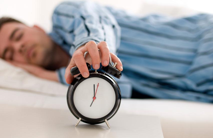 Зачем людям сон Хотя мы знаем, что тело человека регулируется так называемыми циркадными часами — биологическим инструментом отвечающим за сон и бодрствование — суть этого явления пока не объяснена. Во время сна в теле человека происходит регенерация тканей, клеток и еще множество других процессов. Существуют организмы, которым вообще не нужен сон, так почему это необходимо людям? Относительно этого вопроса было высказано несколько предположений, но ни одно из них не является исчерпывающим. Пока ученые не знают точно, почему мы спим, однако они уже выяснили, насколько сон важен для организма и как сильно влияет на такие процессы, как умственная работа и гибкость мышления.