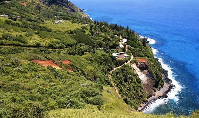 Адамстаун, острова Питкэрн Это поселение считается самой маленькой столицей в мире. В единственном поселении островов Питкэрн постоянно проживает всего 48 человек. Большинство из них является потомками мятежников с британского корабля «Баунти».