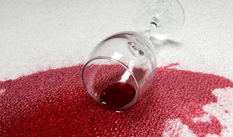 Красное вино Красное вино появляется в жизни настоящего мужчины почти так же часто, как и кровь. Шутки шутками, но очисть и то, и другое — довольно непросто. Если праздничный вечер удался, а послепраздничное утро встретило тебя заляпанной вином любимой рубашкой, не отчаивайся. Разотри пятно чуть теплой водой и нанеси на влажную поверхность соль. Она впитает жидкость. Затем, прополощи в горячей воде и выстирай в машинке. Не помогло? Попробуй стереть пятно уксусом и горячей водой.