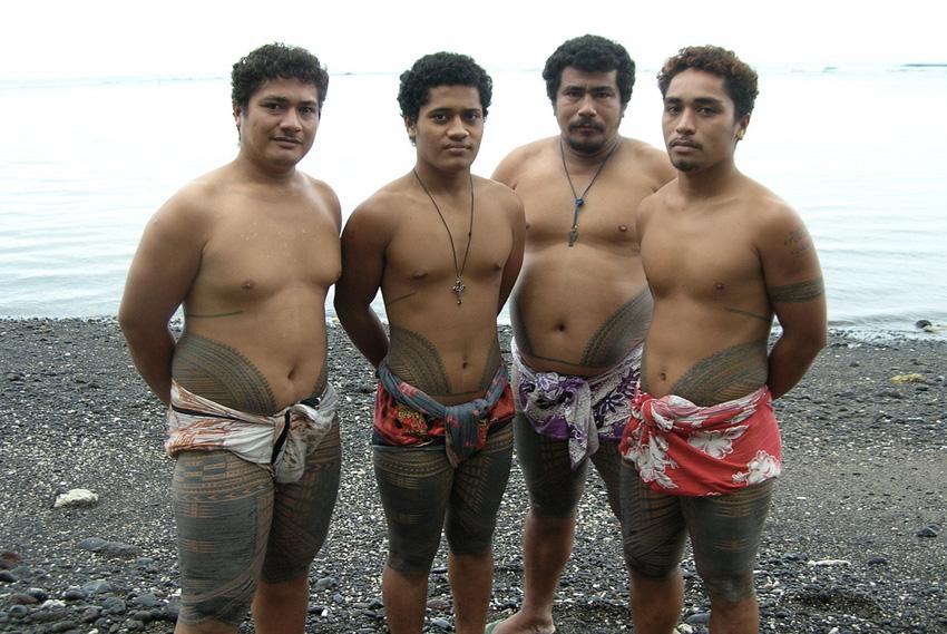 Татау, Самоа Предполагается, что от названия именного этого стиля произошло слово «тату». На таитянском диалекте слово «татау» обозначает рисунок. Татуировка имеет две разновидности: мужскую — пe-a, от талии до колен, иногда включающая руки и запястья, и женскую — малу, от верхней части бедер до колен. Татуировки наносят используя широкий гребень и краситель на основе сажи.