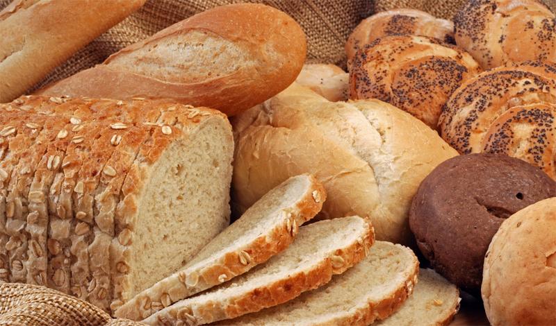 Хлеб Ничего хорошего хлеб, даже цельнозерновой, организму не несет. По сути, этот продукт призван заполнить желудок, практически без отдачи полезной энергии. Каждый лишний кусочек хлеба отдаляет вас от заветной фигуры мускулистого красавца. Калорийность белого хлеба равна, примерно, 259 Ккал на 100 грамм. Учитывая общую дневную норму в 2000 Ккал — это довольно много. Кроме того, сейчас производители добавляют в хлеб и прочие мучные изделия усилители вкуса, консерванты и прочие химические добавки, которые затрудняют переваривание продукта.