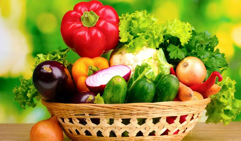 Микроэлементы и витамины Важнейшую роль в укреплении иммунитета играют витамины и микроэлементы. Сейчас многие люди предпочитают пропивать курс мультивитаминных комплексов, даже без предварительной консультации с врачом. Это не совсем правильно. Гораздо лучше будет добывать необходимые витамины из здоровой пищи — то есть, естественным путем. Морковь и виноград дадут вам витамины группы А, цитрусовые и клубника обеспечат витамином С, бобовые, яйца и орехи богаты витамином B. Самое благотворное влияние на иммунитет оказывают цинк и селен. Рыба, печень, мясо и бобовые дадут вам необходимый заряд цинка. Селен же содержится в уже упомянутых выше морепродуктах и чесноке.