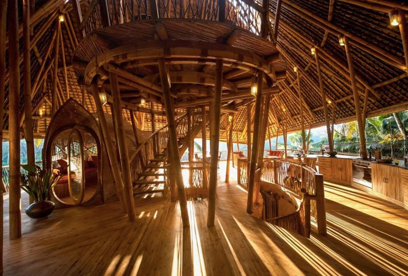Дом в местечке Sibang Gede обращен к солнцу. Такое расположение определило его название — дом Sunrise House. Конструкция повторяет форму листа.