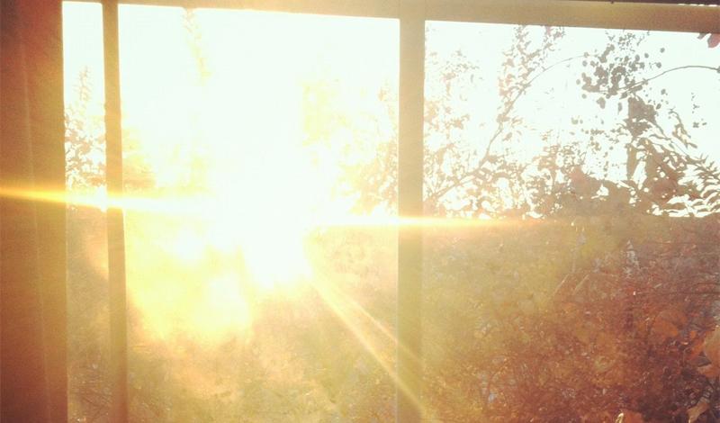 Затемнение комнаты Проще всего обезопасить квартиру от безжалостных лучей летнего солнца можно с помощью обычных белых листов. Прикрепите их к окнам, выходящим на солнечную сторону. Белый цвет отражает лучи, не позволяя светилу раскалить вашу берлогу до температуры Меркурия.