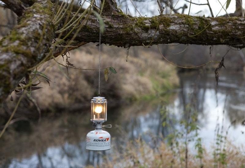 Kovea Helios KL-2905 Эта газовая лампа может стать надежным источником освещения в походе. Работает она от газового баллона, а расход топлива составляет 51 гр/ч. Поскольку конструкция не использует деталей из пластика, за сохранность корпуса можно не беспокоиться. Лампа оснащена светоотражающим экраном, сняв который можно увеличить яркость освещения. Весит такой фонарь всего 230 гр.