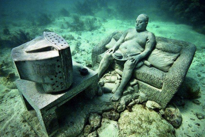 Музей подводных фигур В декабре 2010 года в Канкуне открылся необычный музей. Расположилась галерея не на суше, а под водой, в мелководье Карибского бассейна. Коллекция музея разместилась на глубине от 2 до 10 метров. Экспозиция представлена 403 скульптурами, но их периодически приходится менять, поскольку арт-объекты обрастают водорослями.