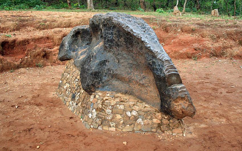 Мбози Где: Африка Вес: 16 тонн Метеорит достигает 3 метров в длину и 1 метра в ширину. Впервые метеорит был обнаружен в 1930 году топографом из Йоханнесбурга У. Г. Ноттом. Нашли его в южной части Танзании. Вокруг метеорита была выкопана яма, а саму находку установили на постамент. Теперь рассмотреть космический объект во всех деталях и сделать с ним серию снимков может любой желающий.