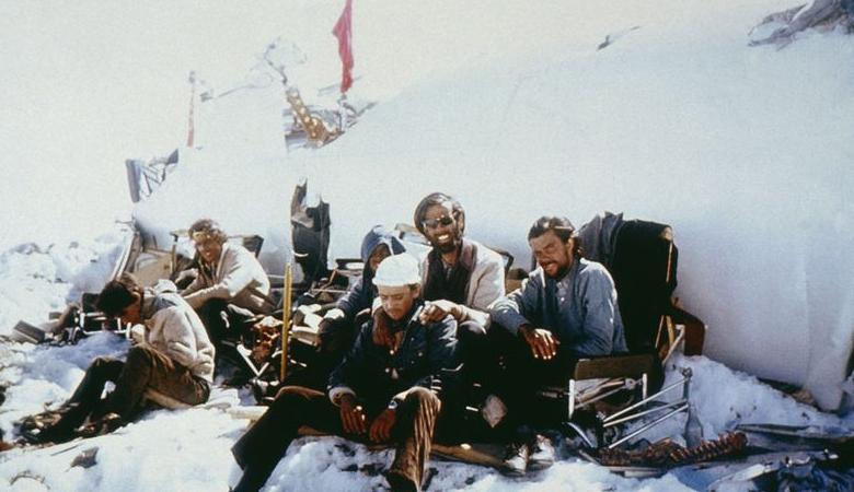 Катастрофа в Андах Год события: 1972Место: АндыВыжившие: 25 человек из 45 Сборная Уругвая по регби не имела понятия, чем закончится их страшное путешествие. Самолет, где находилось 45 человек, потерпел катастрофу над Андами. В живых осталось целых 33 человека — в последующие дни, они могли бы позавидовать мертвым. В конце концов, остаткам команды пришлось перейти на диету из кожаных чемоданов, а затем и на человеческое мясо. 72 дня группа отчаявшихся людей ожидала спасения. Ситуацию взяли в свои руки самые смелые из оставшихся в живых: Нандо Паррадо отправился в самоубийственный поход через горы — и вернулся с помощью.