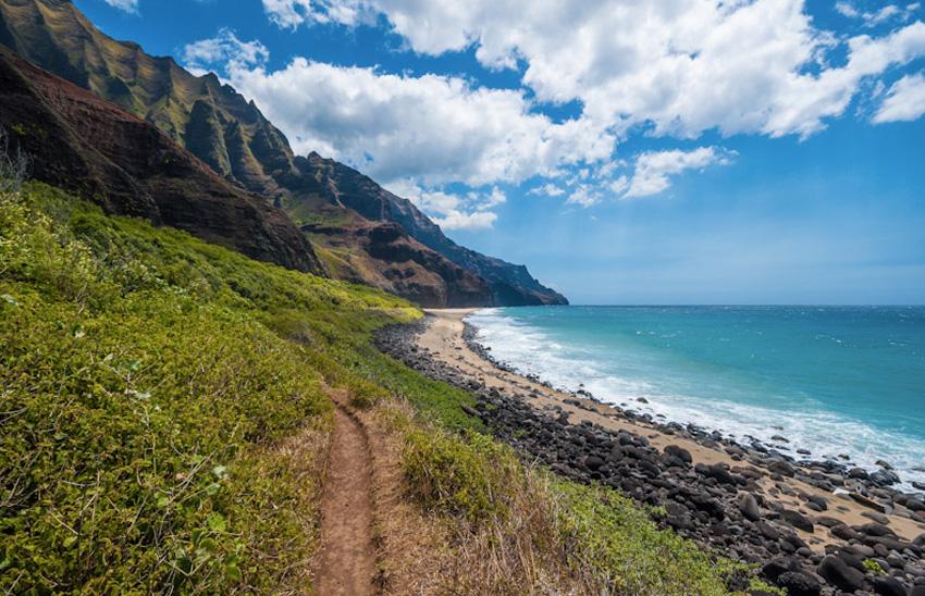 Калалау Трейл, Гавайи На 4-м по размеру острове архипелага, Кауаи, располагается мечта любого трекера — тропа Калалау Трейл. Протяженность маршрута составляет почти 18 км. Прогулка по нему потребует достаточно много сил и энергии, которые с лихвой компенсируют окружающие пейзажи.