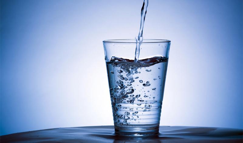 Жажда — признак обезвоженности Строго говоря, это правда. Жажду вызывает уменьшение содержания воды в теле. На целых 2%. Не так уж и страшно, верно? То есть, вы можете не тратить кучу нервов, бегая в панике при малейших признаках жажды. Организм покажет вам сам, когда уровень опасности станет красным: при обезвоживание на 8%, вы будете испытывать головокружение и прочие неприятные симптомы.